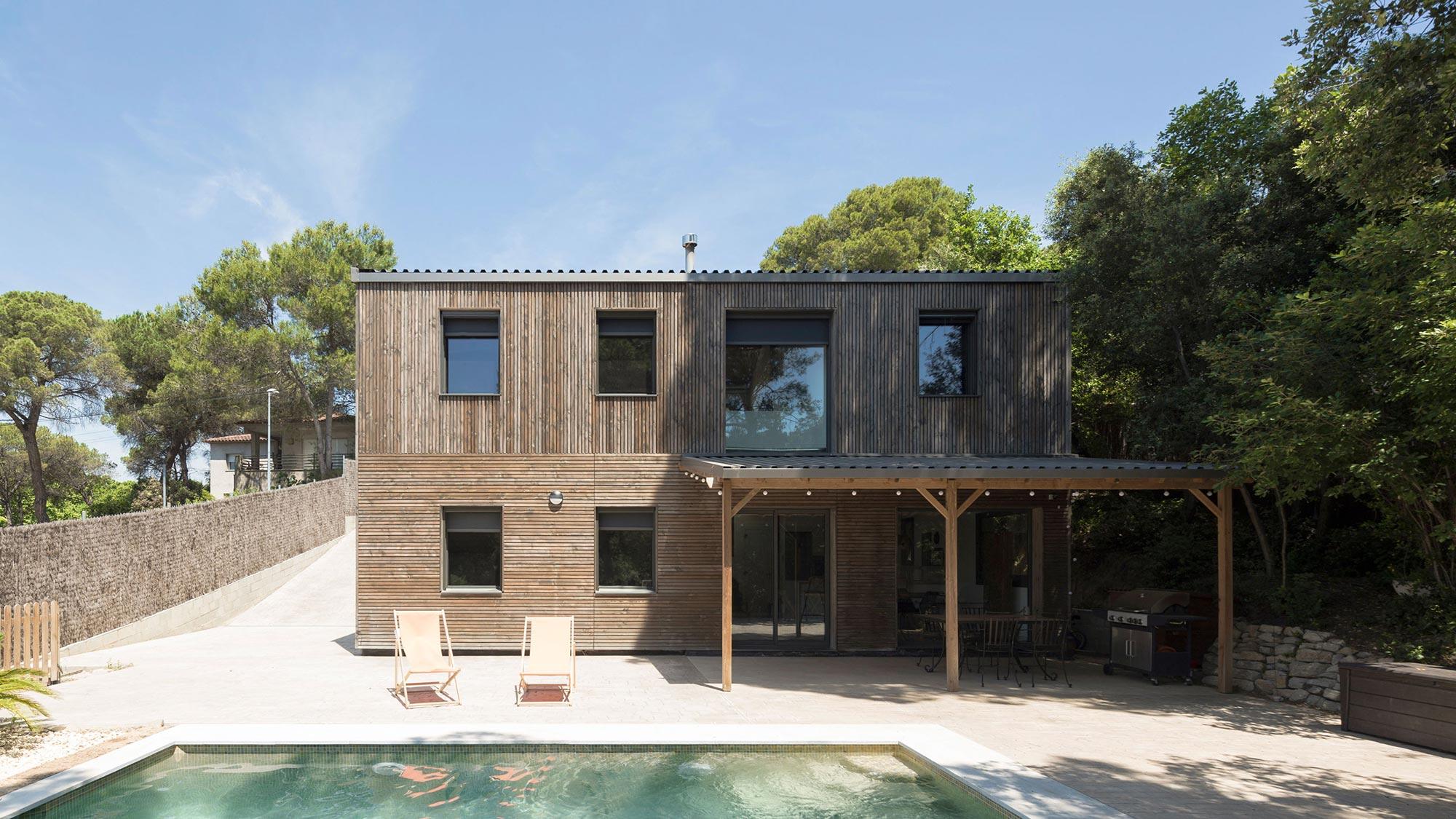 BUD Arquitectura Casas sanas Casa Roots sostenible ecoeficiente casa de madera integrada en el bosque climatización sana sostenible
